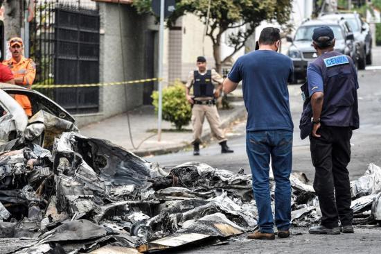 Tres muertos al caer una avioneta sobre unos vehículos estacionados en Brasil