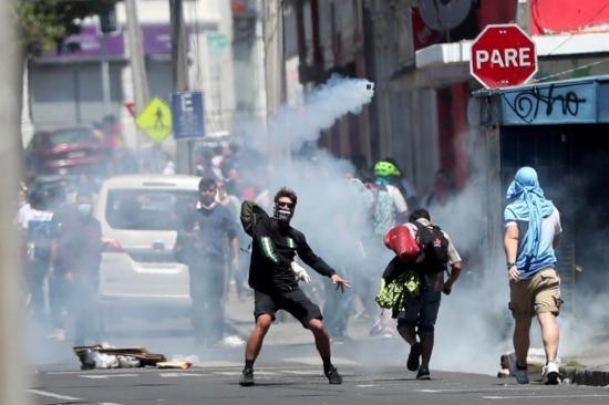 Chilenos vuelven a las calles para protestar por quinto día consecutivo