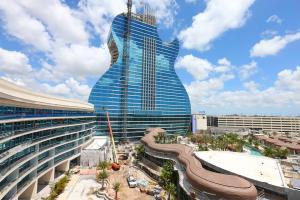 Primer hotel con forma de guitarra del mundo abre a lo grande en EE.UU.
