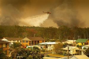 Un muerto y cien casas destruidas por incendios forestales en Australia