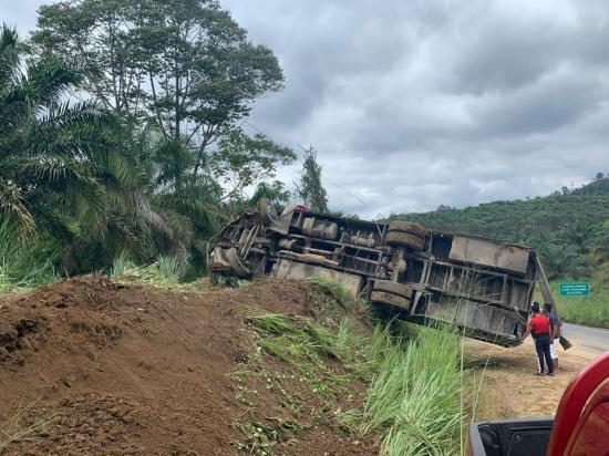 Un bus perdió pista y luego se volcó en Puerto Quito