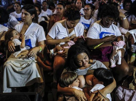 Mil mujeres amamantan a sus hijos en Río en defensa de la lactancia materna