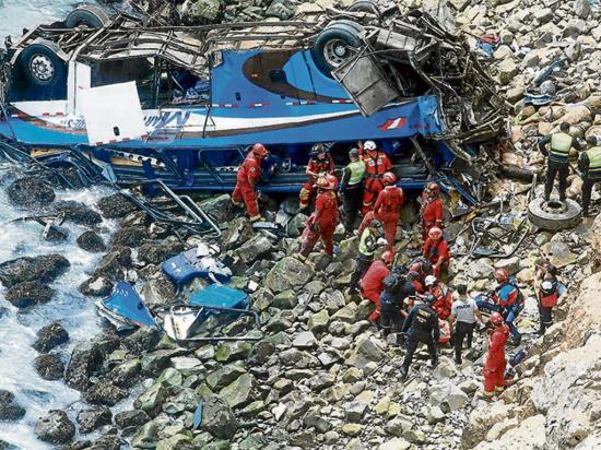 Bus cae al abismo y mueren 13 personas
