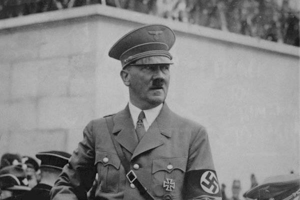 Objetos personales de Hitler salen a subasta en Alemania