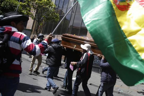 Dispersan con gases una marcha con féretros de fallecidos en un operativo en Bolivia