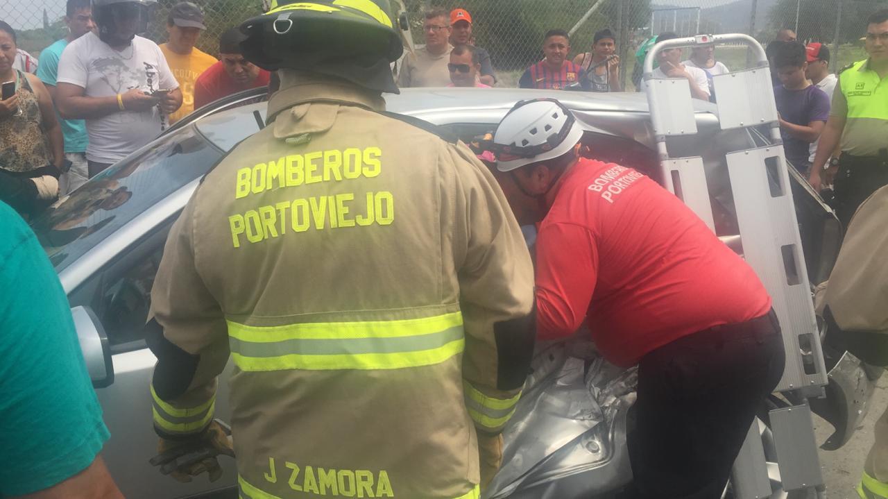 Periodista queda atrapada en su vehículo tras sufrir accidente de tránsito en Portoviejo
