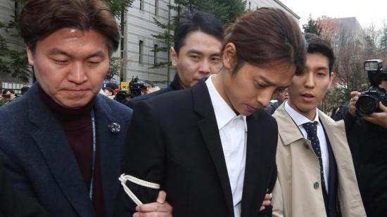 Condenados a prisión dos cantantes de K-Pop por violaciones en grupo