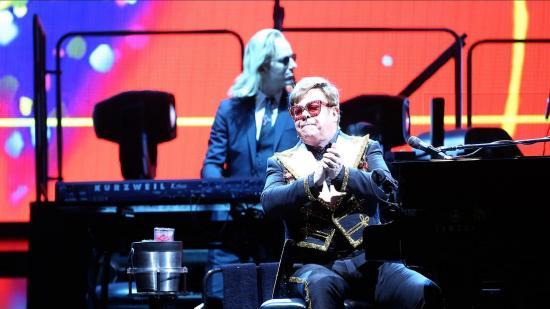 Elton John se enfurece con la seguridad de un concierto por maltratar a una asistente