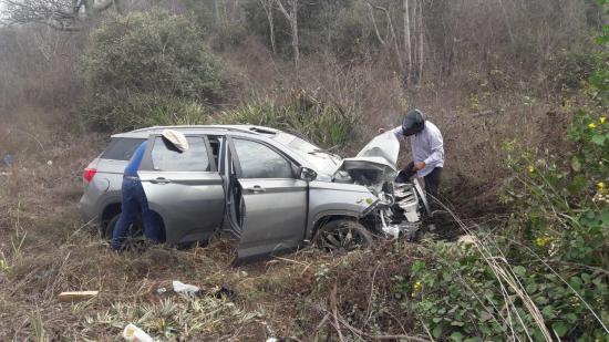 Un auto se estrella contra un poste en la vía Sancán