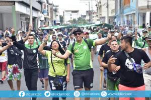 Decenas de hinchas de Liga de Portoviejo fueron en caravana al estadio Reales Tamarindos