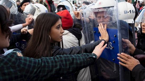Policía dispersa mujeres que cantaban 'Un violador en tu camino' en Estambul