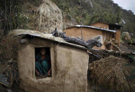 Ocho de cada diez jóvenes son obligadas a dormir fuera de casa durante su menstruación en Nepal