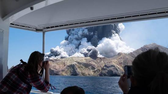 Actividad de volcán Whakaati paraliza recuperación de cuerpos en Nueva Zelanda
