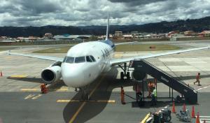 Cierran aeropuerto de Cuenca por caída ceniza del volcán Sangay