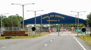 Declaran alerta y detienen a un sospechoso armado en base naval de Texas