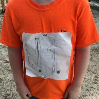 Diseño de camiseta de niño reúne más de 950.000 dólares contra acoso escolar