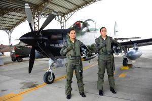 Las dos primeras mujeres piloto de combate de Ecuador se gradúan este viernes en Manta