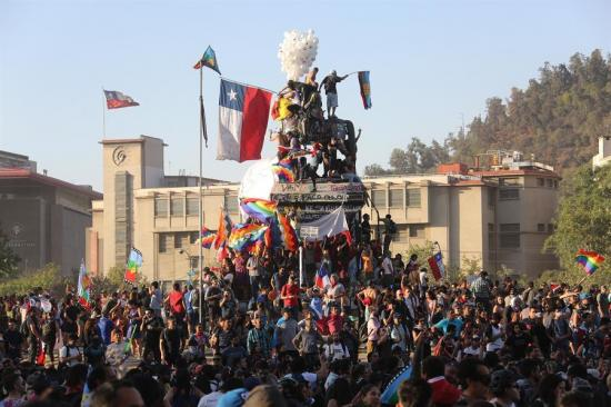 Celebran en Chile masivo concierto ''por la dignidad'' tras 8 semanas de crisis