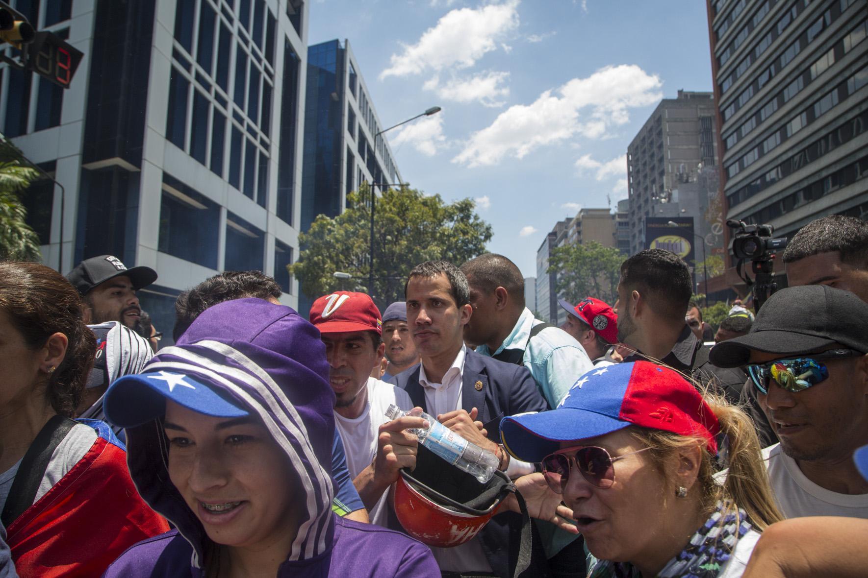 Guaidó lidera caravana de diputados opositores hacia el Parlamento venezolano