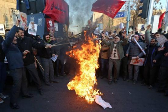 Los iraníes expresan ira por el derribo del avión entre despliegue policial