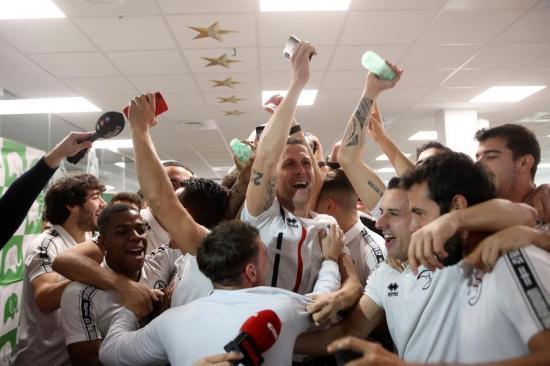 Unionistas de Salamanca se enfrentarán al Real Madrid; Jugadores celebran