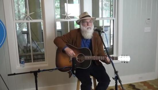 Muere durante un concierto el legendario cantautor estadounidense David Olney a los 71 años