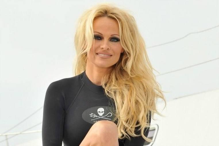 Pamela Anderson se casa con Jon Peters y lo anuncia con un poema