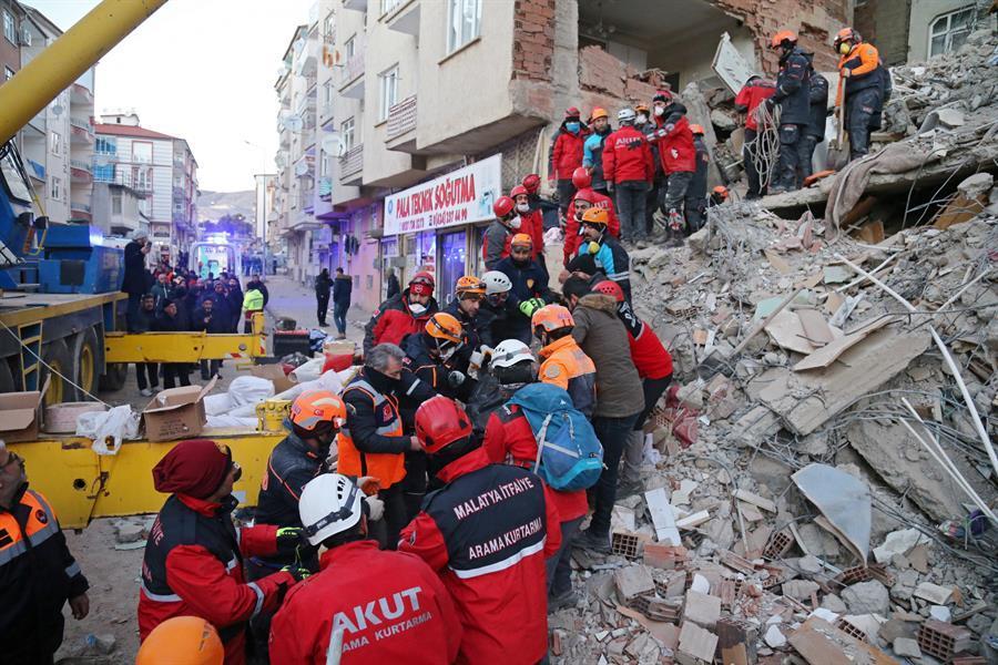 Turquía se vuelca en el rescate tras un terremoto con 29 muertos