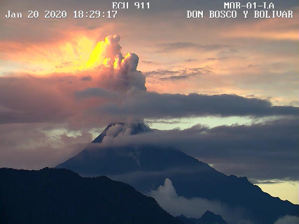 Columnas de mil metros de vapor con ceniza desde el volcán Sangay, en Ecuador