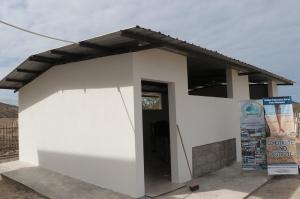 Entregan en Ecuador primer aula construida a base de botellas recicladas