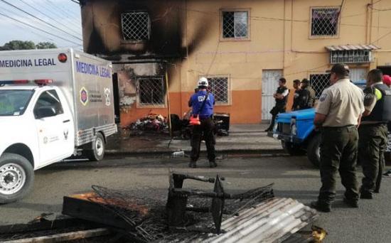 Tres fallecidos, entre ellos dos niños, en un incendio registrado esta madrugada en Guayaquil