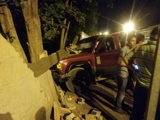 PORTOVIEJO: Carro se estrella contra la pared de la escuela República de Chile