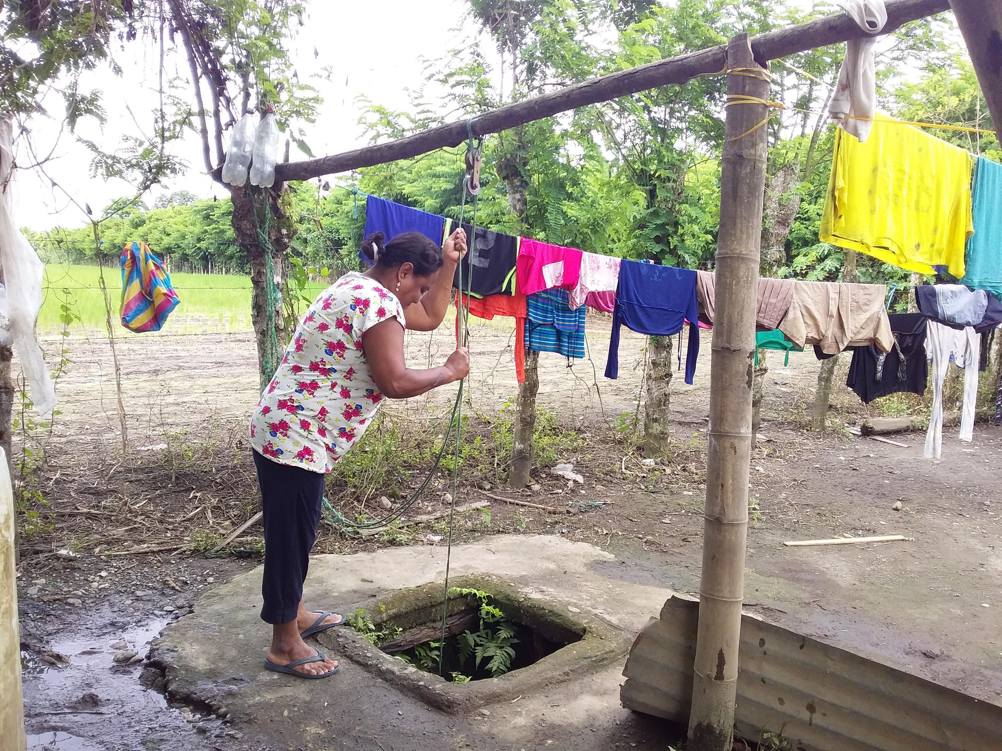 Cogen agua de los pozos