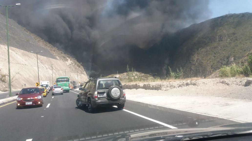 Tanquero cargado de combustible se incendia en el sector del Puente de Guayllabamba, en Quito