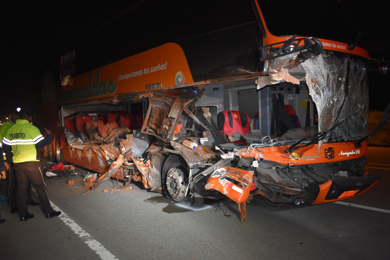 Choque entre un bus y un camión deja dos fallecidos en Santo Domingo