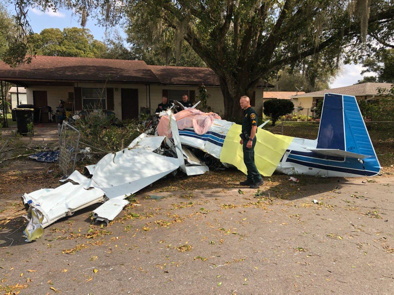 Mueren dos personas al estrellarse una avioneta contra una vivienda en EEUU
