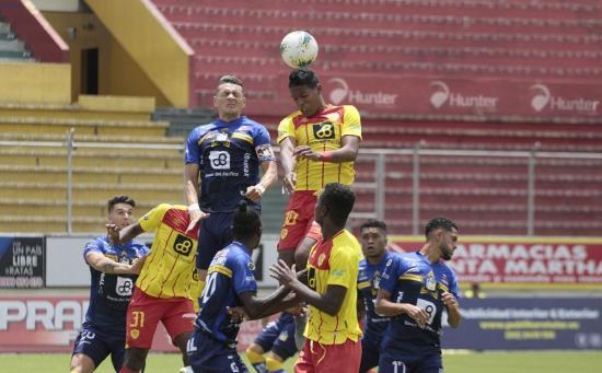 Delfín venció 2-1 a Aucas tras reanudarse el cotejo suspendido por falta de energía eléctrica