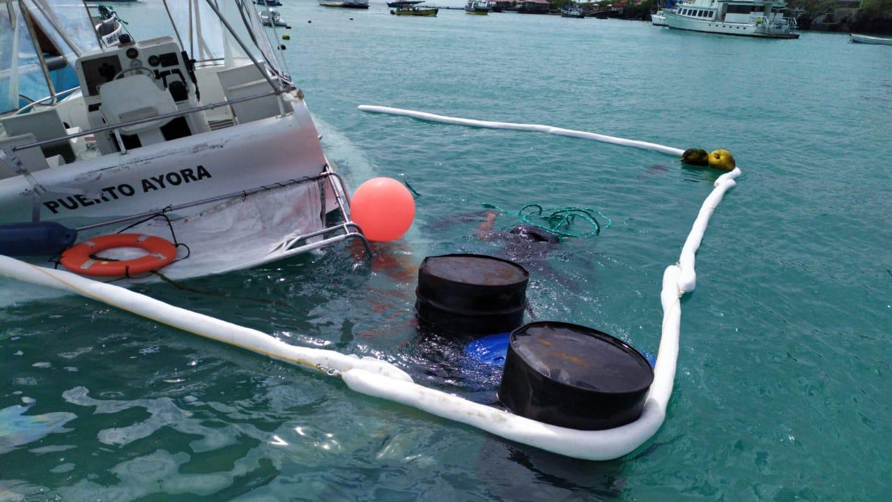 Colocan barreras absorbentes en torno a embarcación hundida en Galápagos
