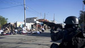 Militares y policías de Haití se enfrentan a tiros en el centro de la capital