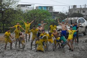 Jugadores de Delfín juegan Carnaval como 'amigos del barrio'