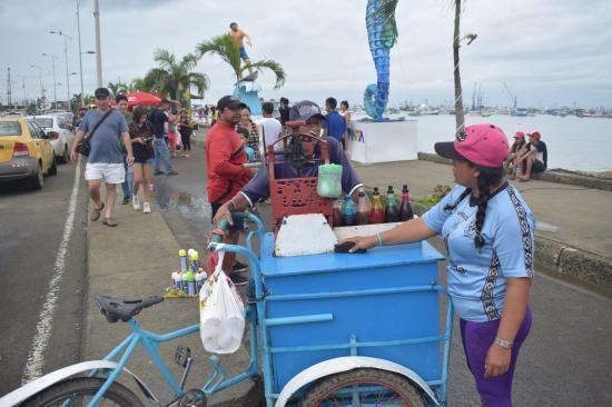La lluvia en pleno feriado redujo las ventas en las playas de Manta