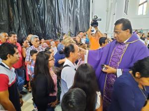 Devotos católicos acuden a las iglesias para conmemorar el Miércoles de ceniza