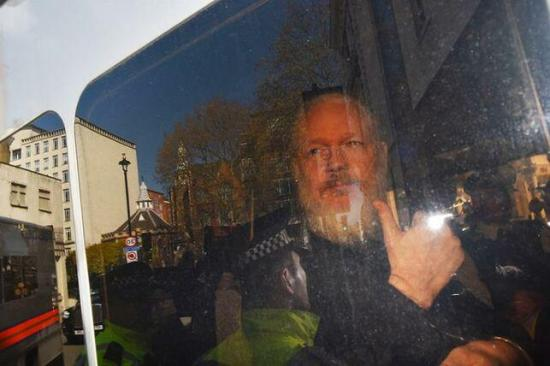 El juicio de Assange se pospone a mayo y no podrá sentarse con sus abogados