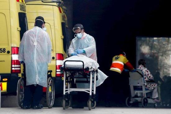 Hospitales desbordados y médicos agotados, imagen de la pandemia en España