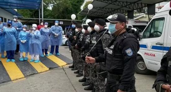 La Policía rinde emotivo homenaje a los médicos de los hospitales de Portoviejo