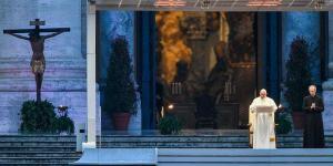 El papa Francisco bendijo al mundo en una plaza vacía y dijo que 'nadie se salva sólo' de la pandemia