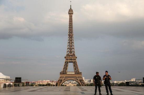 La Torre Eiffel rendirá homenaje a los 'héroes' que luchan contra el COVID-19