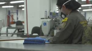 Exguerrilleros de las FARC fabrican mascarillas para combatir el coronavirus