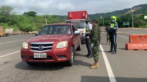 Un carro fúnebre recorre Medellín para pedir a la gente que se quede en casa