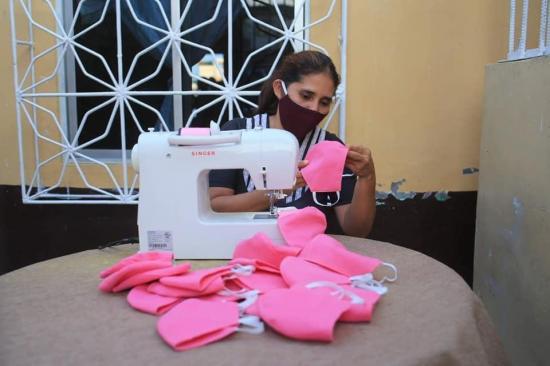 Más de 30 mujeres confeccionan equipos de protección para médicos, en Manta